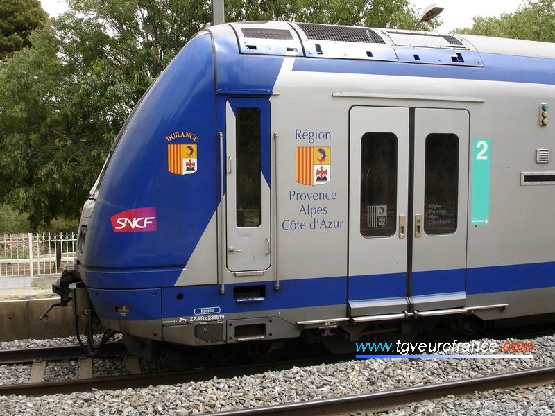 Vue de l'avant d'une rame TER 2N arborant le logo de la Région PACA en gare de Saint-Chamas