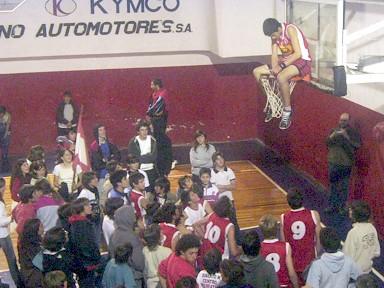 Gonzalo Cavaglia, una de las figuras del equipo, festejando la gran victoria y el campeonato
