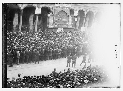 "Crowd watching ""playograph"" at Herald Bldg.,  World Series,  1911 (LOC)"