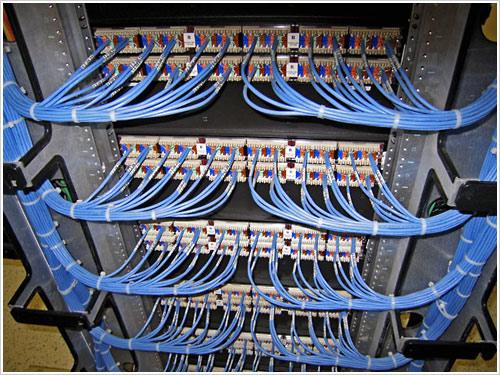 Extrem saubere Serverschrank-Verkabelung. Respekt!