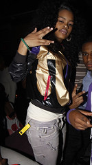 teyana taylor throwing up the peace sign