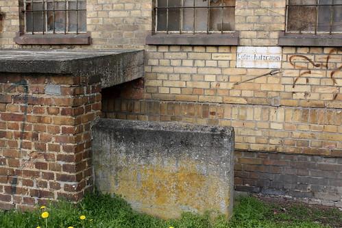 Splitterschutzmauern und Betondecke vor dem Eingang zum Luftschutzraum unter dem Bahnhof Fritzlar