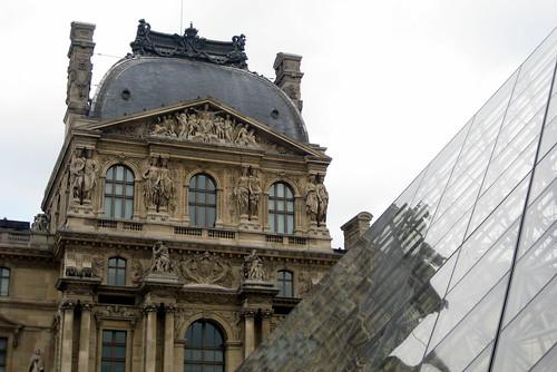 Paris - Musée du Louvre: Cour Napoléon - Pavilion Richelieu et la Pyramide