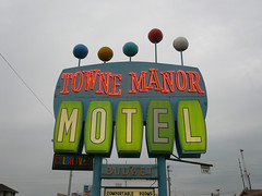 Towne Manor Motel (jericl cat) Tags: ohio color sign tv neon budget balls motel plastic roadside manor canton towne