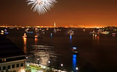 New Years Eve, Hudson River, NYC (absolutwade) Tags: nyc party newyork fireworks manhattan january hudsonriver newyears absolutwade 2008 batteryparkcity canoneos30d beauwade