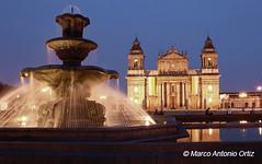 Fuente y Catedral (Marco Ortiz / IDEARTestudio) Tags: noche guatemala fuente catedral iglesia fotonocturna plazacentral ciudadguatemala marcoortiz