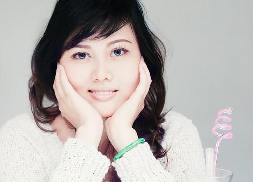 [フリー画像] 人物, 女性, アジア女性, 頬杖をつく, スタジオ, ベトナム人, 201008272100
