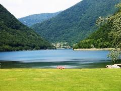 Il pedal rosso (fata_ci) Tags: italy verde alberi lago italia natura acqua azzurro colori paesaggi brianza lombardia panorami segrino