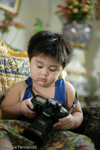 boy fiddling looking holding a camera dslr wandering Pinoy Filipino Pilipino Buhay  people pictures photos life Philippinen  菲律宾  菲律賓  필리핀(공화국) Philippines