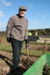IMG_2873 (Misslennon) Tags: man hat soil spade