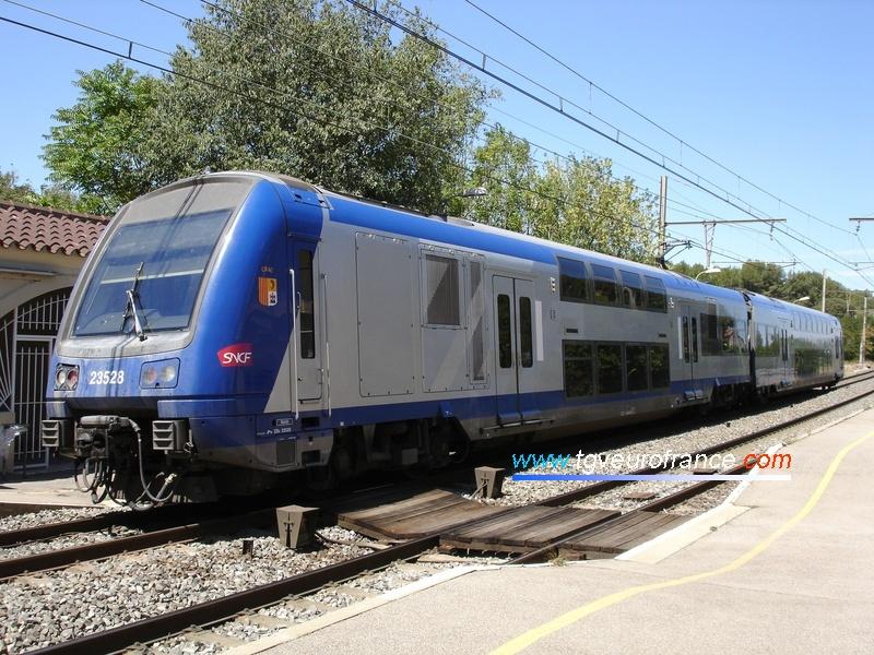 L'automotrice régionale Z 23528 marque un arrêt en gare de Saint-Chamas le 2 août 2006.