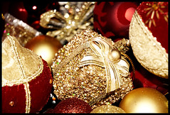Gold Christmas (ritakinyo) Tags: christmas red holiday gold nikon box pennsylvania explore ornament d200 karcsony piros montgomerycounty blueribbonwinner arany nikond200 dsz flickrsbest doboz abigfave nnep excellentphotographerawards
