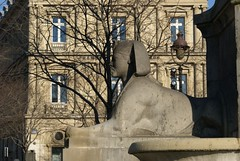 Place du Chtelet (Elisabeth de Ru) Tags: paris france fountain europa europe frana frankrijk francia parijs parigi parys  parisi   pariz  sonyalpha sonydslra100  elisabeth85flickr  copyrightejk celisabeth|ejk elisabethderu elisabethderu