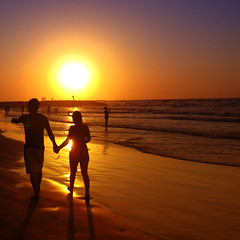 love is in the air, love is everywere (Luz Adriana Villa A.) Tags: ocean sunset sea sun sol beach canon atardecer mar is couple colombia day waves pareja pair playa kitsch powershot valentines cartagena olas kitch oceano a650 bocagrande luza 25faves a650is luzavilla