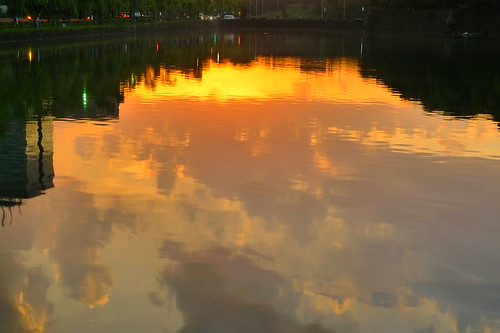 水面に浮かぶ雲@日比谷