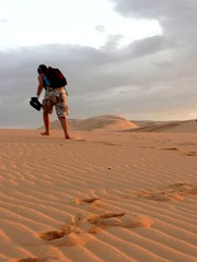 Climbing up the dune in Vietnam (purplecamaleon) Tags: world travelling photography photo asia vietnamese foto image carlos vietnam fotografia fotografo southasia peralta southvietnam purplecamaleon carlosperalta vietnamdelsur
