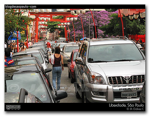 Rua Galvão Bueno repleta de carros. Foto Tony Gálvez via Flickr