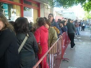 Gente aguardando la venta de sillas anticipadas para la noche central de la Fiesta del Maní