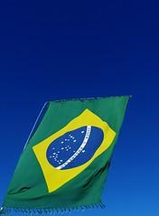 Canga do Brasil (Carlos Sottovia) Tags: blue brazil azul bandeira brasil flag bluesky cuazul canga brazilflag bandeiradobrasil colorflag