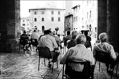 IL POMERIGGIO NOI LO PASSIAMO GUARDANDO I TURISTI (*BLULU) Tags: people italy italia siena sangimignano piazzeitaliane
