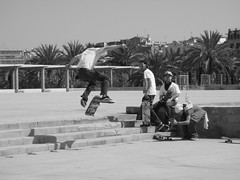 Skaters (emocion) Tags: barcelona plaza friends amigos jump beth skaters escaleras dura dur plaça escorxador galí