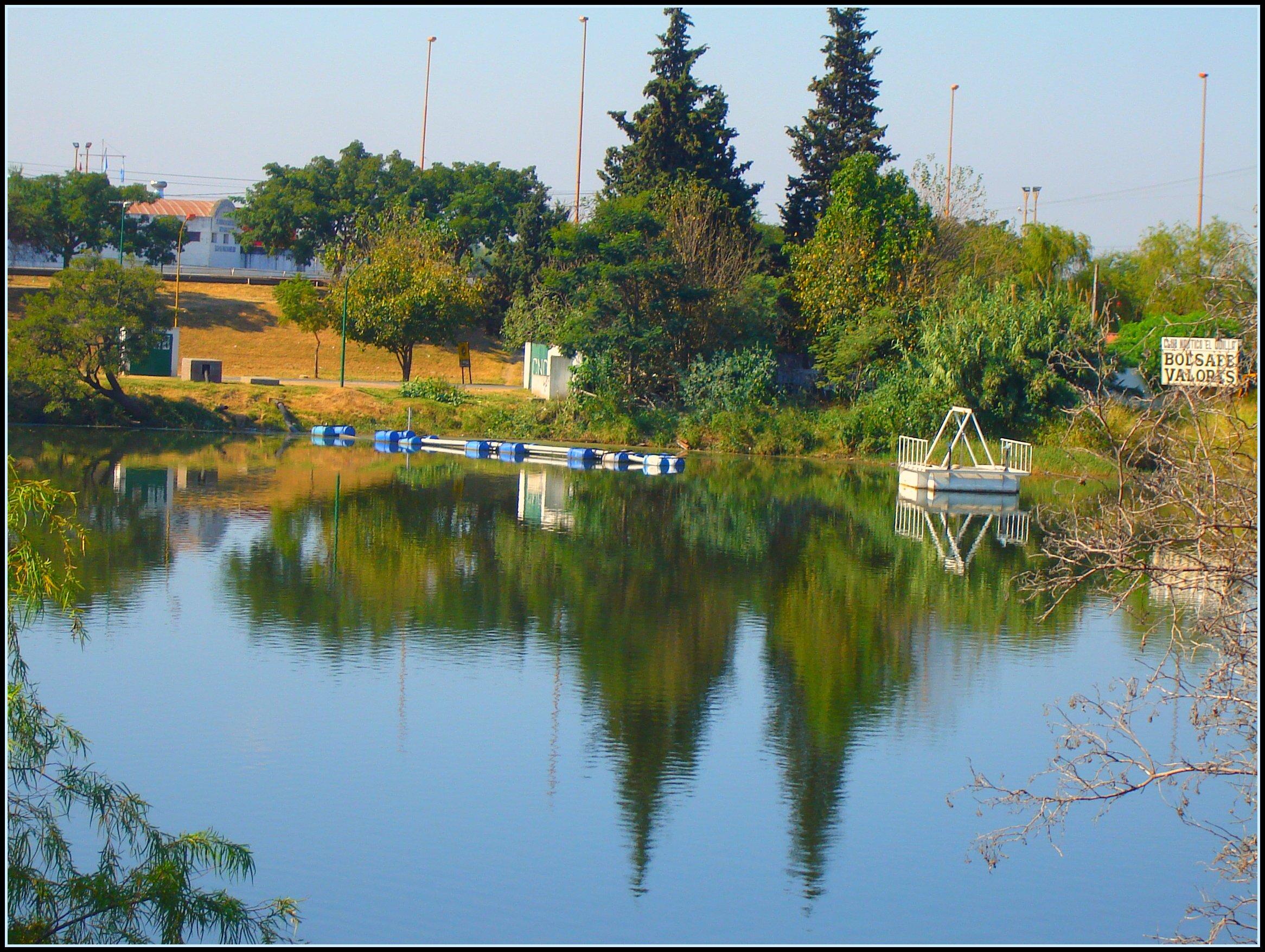 Lago  del parque del Sur y reflejos - Santa Fe - Argentina - Otoño