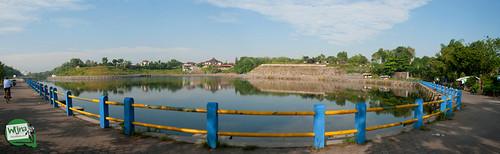 Panorama pagar pembatas Embung Tambakboyo, Sleman, Yogyakarta