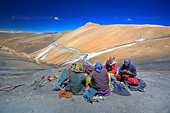 Hard Working Women ( Poras Chaudhary) Tags: india colors highway bluesky polarizer ladakh manalitoleh tanglangla groupofladies secondhighestmotorableroadoftheworld