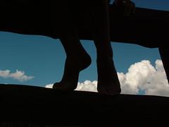 Delicada (DeniSomera) Tags: céu preto pés silueta nuvem