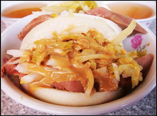 阿松割包(豬舌割包,醬汁含有花生喔),近點拍