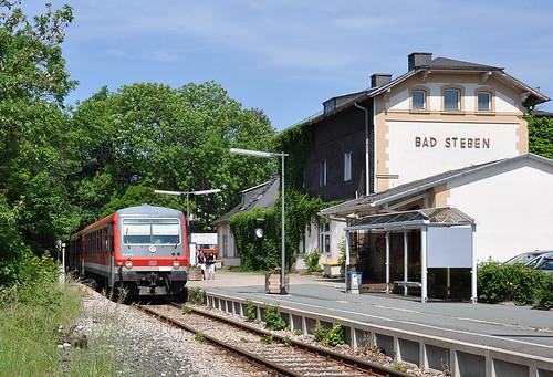 Auf die Abfahrt wartend steht 928 403 in Bad Steben.