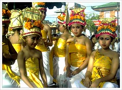 Bali - desa Kuta (Franc Le Blanc) Tags: travel girls bali children indonesia asia ceremony culture traditions hindu hinduism kuta agama upacara rejang aplusphoto superbmasterpiece goldstaraward