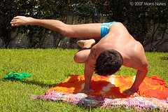Ioga (Marco Nunes) Tags: blue sea summer orange sun man hot male men verde green sol praia beach colors grass yoga azul cores mar laranja uomo grama vero speedo homem sunga quente calor homens uomini ioga