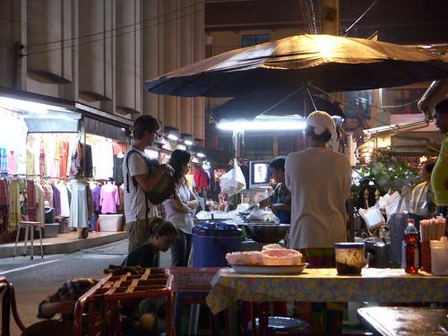 comprando comida callejera