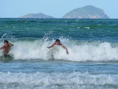 Corriendo una ola en Florianópolis (BlogCochaJovenFlickr) Tags: brasil playa olas florianpolis cochajoven