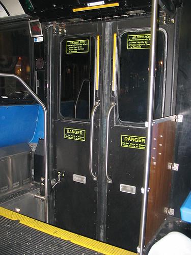 Puerta de descenso de autobús