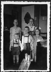 "Archiv K862 Zu Besuch, ""1939"" (Hans-Michael Tappen) Tags: archivhansmichaeltappen wohnstube kachelofen kinder children child lederhose buben mädchen zöpfe hosenträger 1939 bommel kleidung outfit boys boy girls girl fotorahmen 1930s 1930er"