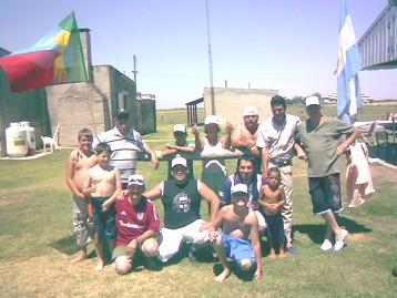 Integrantes del Pin-Pon de la Mañana junto a la Flia Giraudo posan para la foto