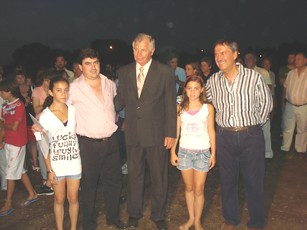 El Gob. Schiaretti y el Int. Baum posan junto a una de las familias adjudicatarias