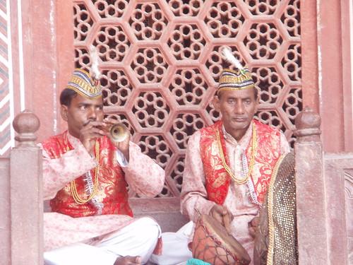 Musicos a la puerta del Taj Mahal en Agra
