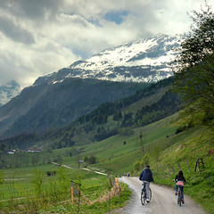 Mountainbiking in the Rauris Valley (Bn) Tags: panorama mountain snow alps salzburg nature bike race geotagged cycling austria goldberg topf50 tour mountainbike glacier alpine valley cycle biking gradient pedals mountainbiking topf100 impressive gravel bycicle radweg ascending rauris decending unspoilt 100faves 50faves cyclepaths kolmsaigurn hohetauernnationalpark rauristal ritterkopf geo:lon=12973818 geo:lat=47136483 raurisvalley rauriskolmsaigurn 3006m