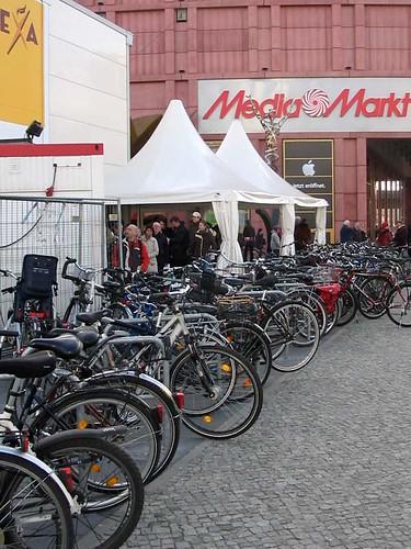Fahrradparken am Alexa in Berlin