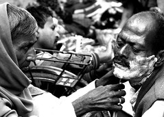 Il barbiere di......Calcutta (Monia Sbreni) Tags: people bw india asia noiretblanc zwartwit indian bn persone barber indie schwarzweiss kolkata bengal pretoebranco bianconero calcutta biancoenero bengali barbiere svartvitt blackandwithe bengala moniasbreni reportase