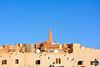 Vue sur le minaret de la mosquée du Ksar depuis la place du souk de Ghardaïa (Ath Salem) Tags: algérie argelia algeria ghardaïa valléedumzab mzab mozabite ibadite beniisguen bounoura elatteuf melika ksar ksour fortification architecture sahara désert mosquée minaret tajnint atbunur atisguen atmličt patrimoinemondialedelunesco unescoworldheritage mzabvalley fortifiedcity desert histoire history tourism tourisme mosque valledelm'zab ⵜⴰⵖⴻⵔⴷⴰⵢⵜ palmeraie tafilelt واديمزاب الهندسةالمعمارية غرداية الجزائر تراث تاريخ سياحة قصور قصر العطف بونورة بنييزقان آتإيزجن مليكة يونسكو تافيلالت souk سوق