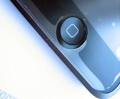 De screenprotector past niet goed op de iPod touch en vertoont na een paar plakpogingen ook steeds meer luchtbelletjes door stof.
