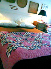 Pink Quilt (manu/manuela) Tags: camera pink house rose bed bedroom handmade or rosa case textures quilting lit quilts patchwork manuela maison letto interno intrieur fabrics handquilted handquilting quiltmain cmwdpink cmwdpurple cousumain