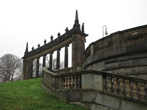 Neobarocke Kolonnaden flankieren Glienicker Brücke auf Potsdamer Seite