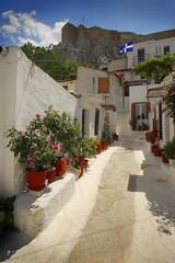 Greece - Athens - Anafiotika (Darrell Godliman) Tags: travel copyright building travelling tourism archaeology architecture buildings temple arquitectura nikon ruins europe eu athens greece grecia atenas getty architektur gr d200 10fav architettura athene cyclades allrightsreserved architectuur ancientgreece whitewashed mimari greekruins greektemple architecturalphotography atina travelphotography anafiotika   anafi nikond200 instantfave 5photosaday larchitecture  omot classicalgreece  travelphotographer flickrelite dgphotos darrellgodliman wwwdgphotoscouk architecturalphotographer anafitika dgodliman