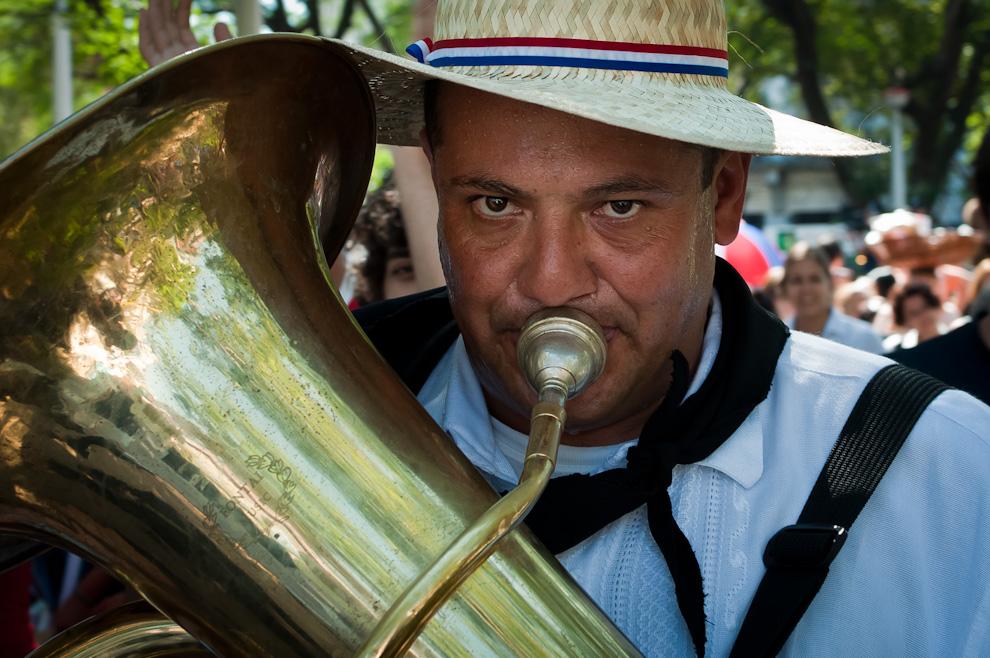 Un compontente de la bandita ejecuta el trombón durante la danza celebrada en la plaza de la democracia el viernes 13 de Mayo en el evento Mercado Guasú  (Elton Núñez - Asunción, Paraguay)