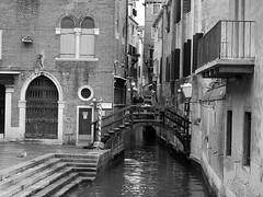 El rincn de la gaviota... (Lupauli) Tags: blancoynegro puente canal paisaje venecia gaviota golddragon lupauli